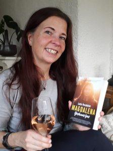 författaren Lotta Persdotter med sin nytryckta bok om Magdalena